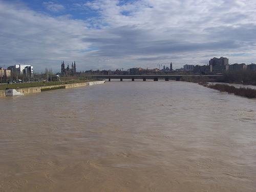 El Ebro a su paso por Zaragoza por ti.
